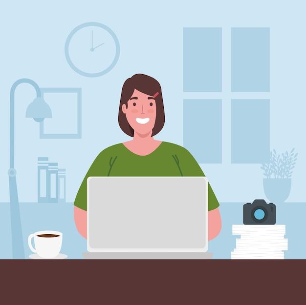 Teletrabajo, mujer con laptop trabajando desde casa.