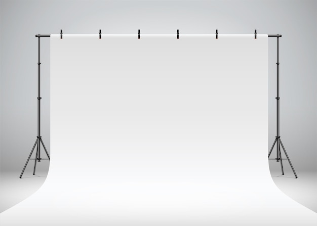 Telón de fondo de estudio fotográfico blanco colgando de clips y trípodes