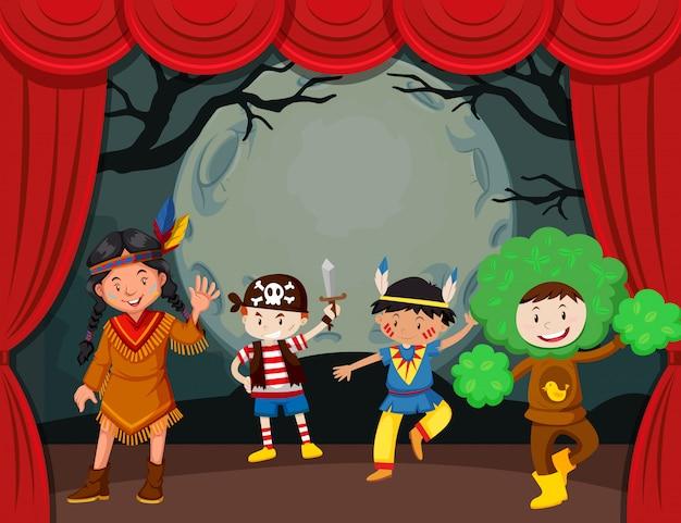 Tema de halloween con niños disfrazados en el escenario