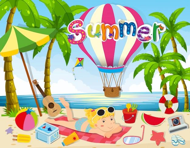 Tema de verano con mujer en bikini en la playa.