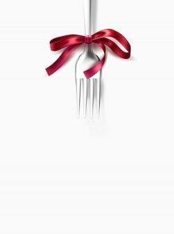 Tenedor de plata con lazo de lazo rosa para la cena festiva, menú de restaurante.