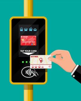 Terminal y tarjeta de transporte de pasajeros en mano.