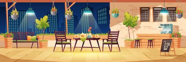 Terraza de verano, café de la ciudad al aire libre por la noche, cafetería con mesa de madera, sillas, iluminación y plantas en macetas, menú de pizarra en la vista del paisaje urbano. cafetería de la calle moderna, ilustración de dibujos animados