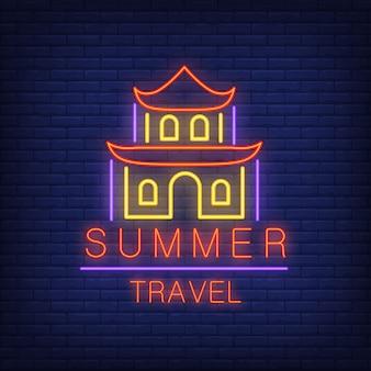 Texto de neón de viaje de verano con casa de china. oferta de temporada o anuncio de venta