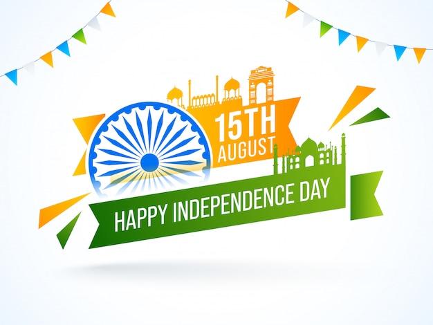 , texto feliz día de la independencia con rueda de ashoka, monumentos famosos de la india y banderas del empavesado decoradas sobre fondo blanco.
