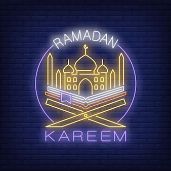 Texto de neón de ramadan kareem con mezquita y corán en círculo