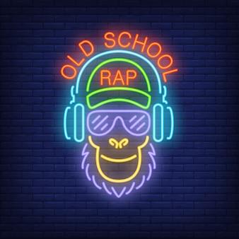 Texto de neón del rap de la vieja escuela y mono fresco en vidrios y auriculares.