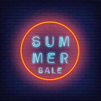 Texto de neón de venta de verano en círculo. oferta de temporada o anuncio de venta