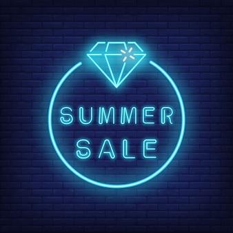Texto de neón de venta de verano y diamante en círculo. oferta de temporada o anuncio de venta