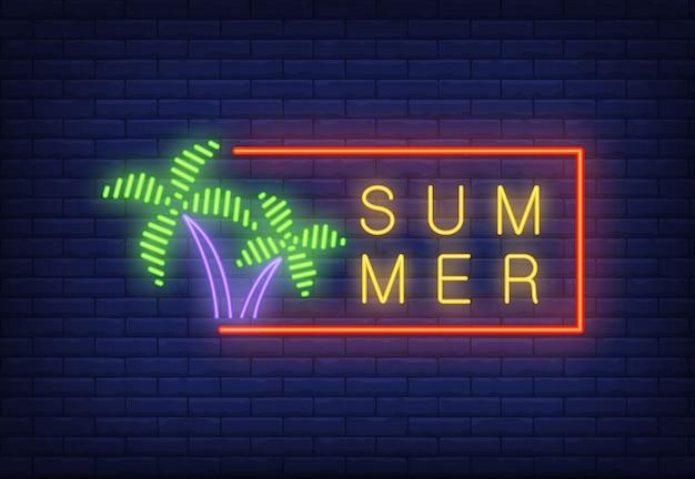 Texto de neón de verano en marco y palmeras. oferta de temporada o anuncio de venta