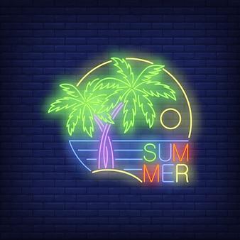 Texto de neón de verano con palmeras y mar.
