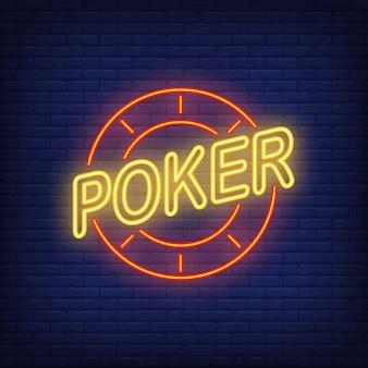 Texto de poker y chip de casino. icono de neón en el fondo de ladrillo.
