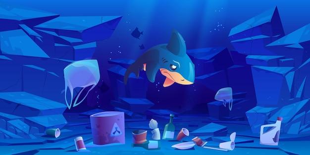 Tiburón triste, bolsas de plástico flotantes y basura bajo el agua.