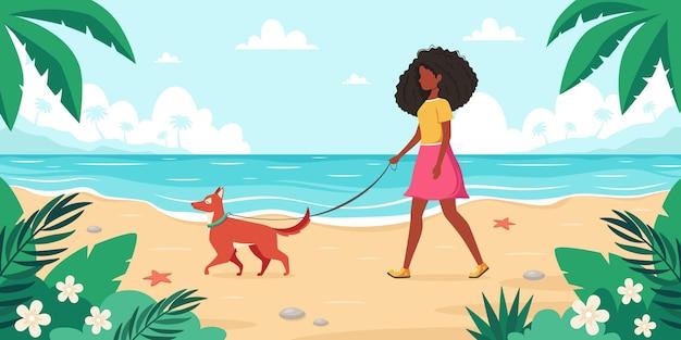 Tiempo libre en la playa mujer negra caminando con perro horario de verano