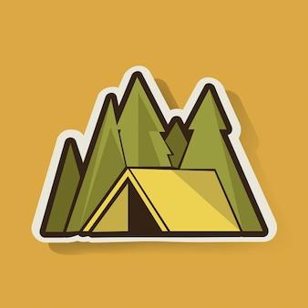 Tienda amarilla con camping de pinos