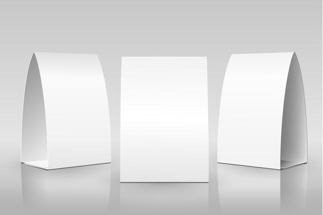 Tienda de mesa en blanco. tarjetas verticales de papel