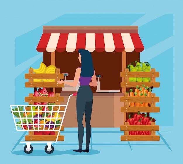 Tienda natural con verduras y frutas con cliente mujer