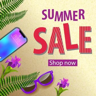 Tienda de venta de verano ahora flyer con flores tropicales violetas, gafas de sol, hojas de helecho