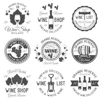 Tienda de vinos emblemas blancos negros con hojas y racimos de uvas barriles de madera cristalería aislado