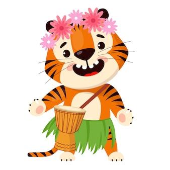 Tigre de dibujos animados lindo en falda hawaiana tradicional y corona floral en la cabeza toca el tambor