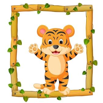 Tigre en el marco de madera con raíces y hojas