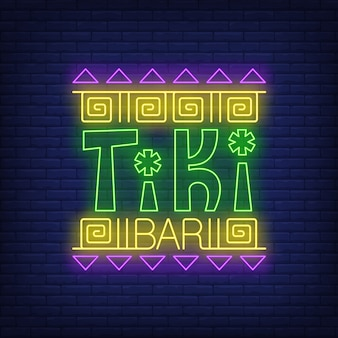 Tiki bar texto de neón con adornos étnicos