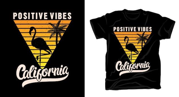 Tipografía positive vibes california con diseño de camiseta de flamenco y palma