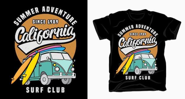 Tipografía de summer adventure california surf club con camioneta y camiseta de tabla de surf