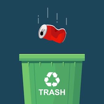 Tirar una lata en un basurero verde. plano