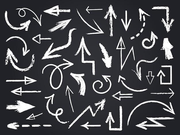 Tiza dibujo flecha. dibujado a mano flechas de tiza, elementos gráficos de pizarra, signos de flecha de tiza en conjunto de iconos de pizarra. tiza de dibujo de flecha, ilustración de pizarra de garabato de contorno