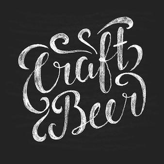 Tiza letras cerveza artesanal en tablero negro.