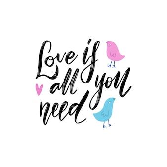 Todo lo que necesitas es amor - frase. letras dibujadas a mano con un par de personajes de pájaros