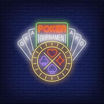 Torneo de poker con texto de neon con cartas y chip.