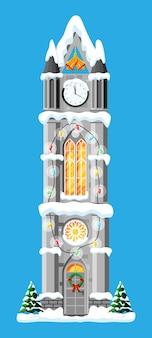 Torre del reloj de la ciudad cubierto de nieve.