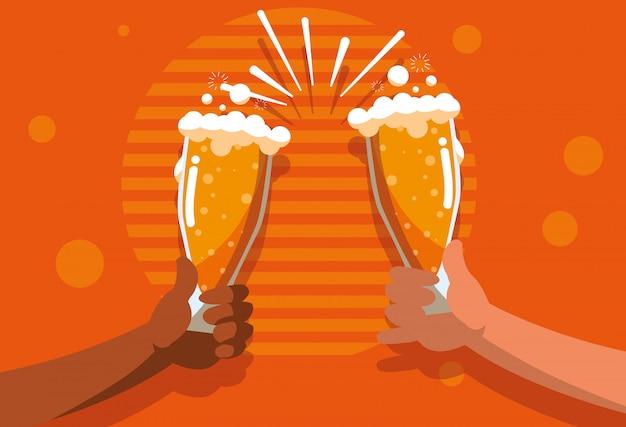 Tostadas de manos con copas de cervezas.
