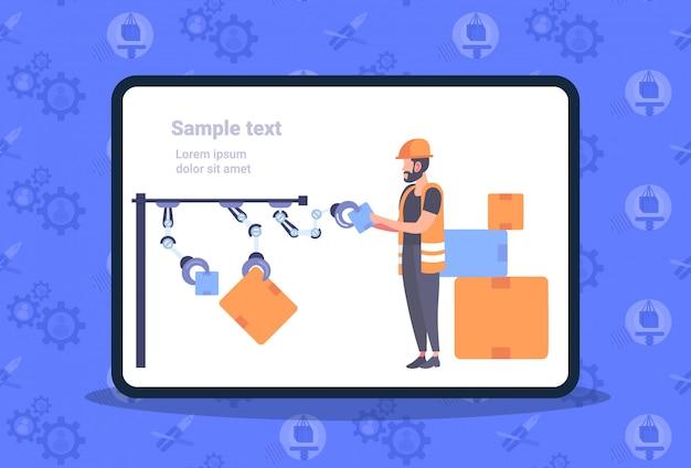 Trabajador de almacén en uniforme arreglando cajas de cartón con brazos de robot línea de producción robótica automatizada almacenamiento moderno espacio de copia horizontal de longitud completa