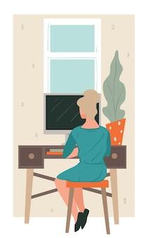Trabajador distante usando la computadora para trabajar desde casa, mujer independiente con laptop sentada junto a la mesa