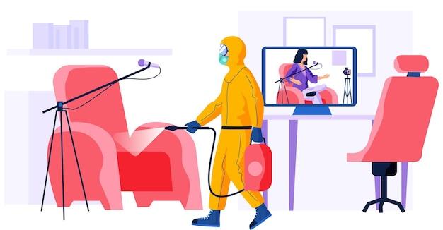 Trabajador con traje de protección química trata la superficie.