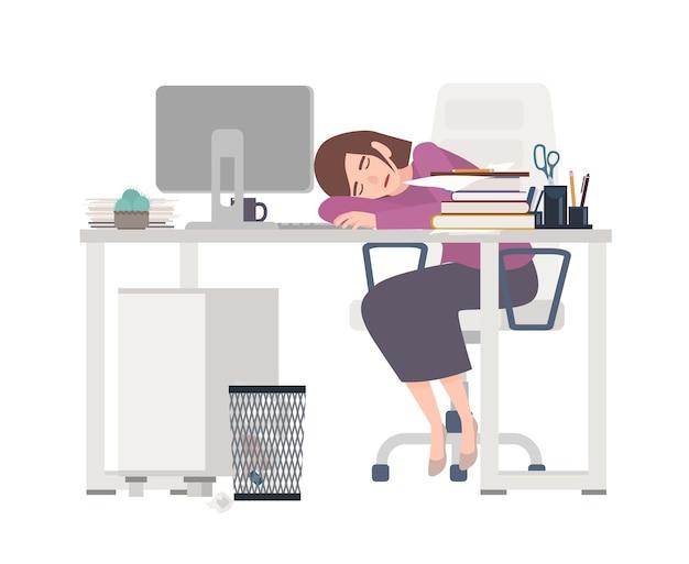 Trabajadora de oficina agotada, gerente o secretaria sentada en el escritorio cubierto con documentos y durmiendo.