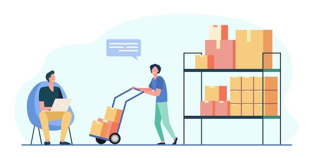 Trabajadores del almacén con laptop y cajas de transporte en carretilla