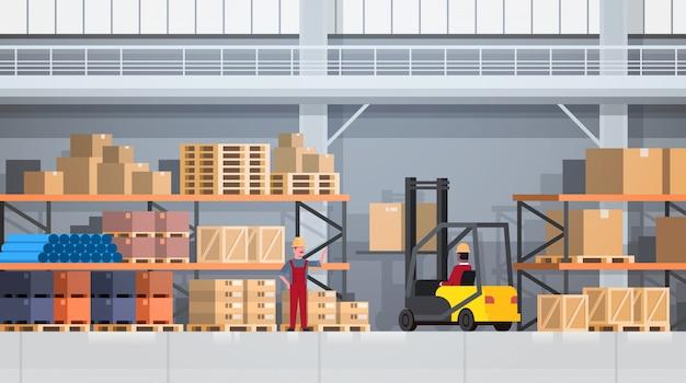 Trabajadores de la caja de elevación del almacén con la carretilla elevadora en el estante. concepto de servicio logístico de entrega