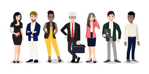 Trabajadores de oficina o equipo multinacional de negocios de pie y sonriendo juntos. diversos dibujos animados de hombres y mujeres de diversas razas, edades y tipo de cuerpo en trajes de oficina.