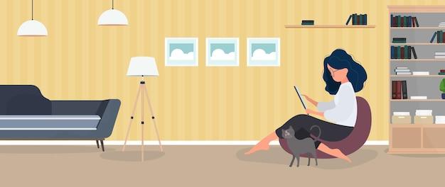Trabajar desde casa banner. la niña se sienta en una otomana y trabaja en la tableta. una mujer con una tableta está sentada en un gran puf. cómodo concepto de trabajo en casa. vector.