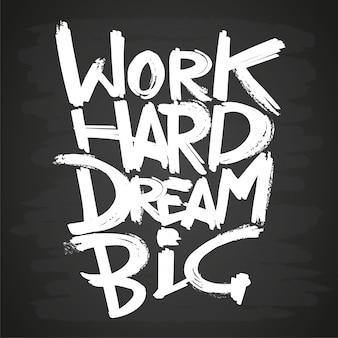 Trabajar duro soñar frase grande en pizarra
