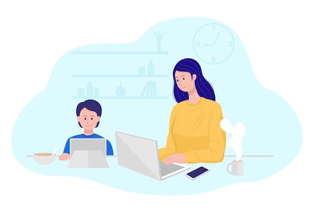 Trabajo desde el concepto de hogar, madre trabajando en la computadora portátil mientras su hijo viendo dibujos animados.