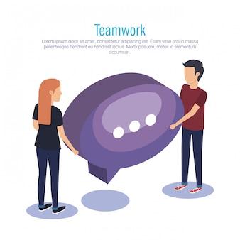 Trabajo en equipo de pareja con globo de discurso