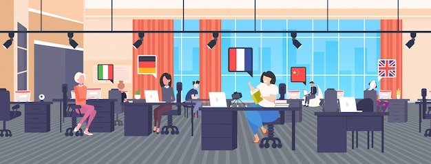 Traductores de varios idiomas usando vocabulario de diccionario chat burbuja comunicación red social redes blogging concepto moderno interior de la oficina horizontal longitud completa