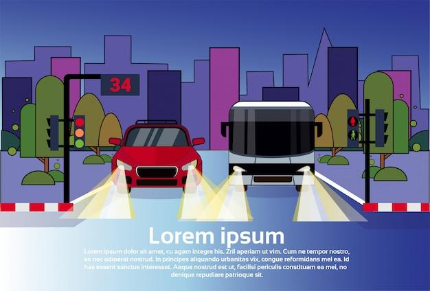 Tráfico por carretera con coche y autobús en la noche sobre edificios de la ciudad