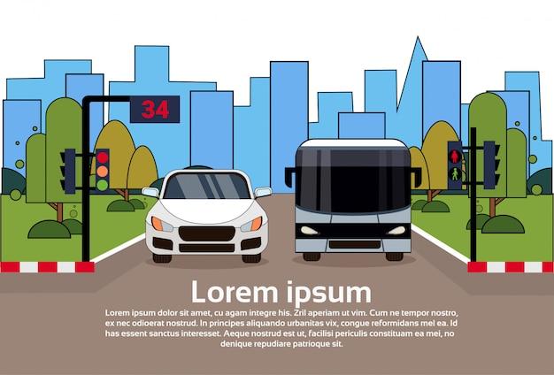 Tráfico por carretera con coche y autobús sobre edificios de la ciudad