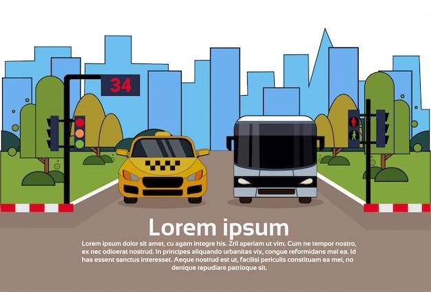 Tráfico por carretera con taxis y autobuses sobre edificios de la ciudad